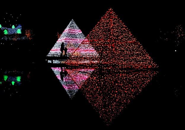 ピラミッドイルミ、親子シルエット。