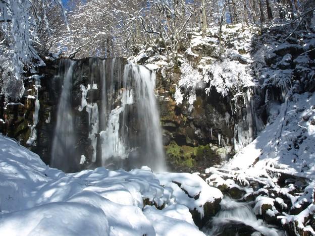 真冬の白き滝。