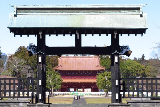 総門から三門望む。