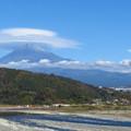 Photos: 富士川と流れる雲と帽子。