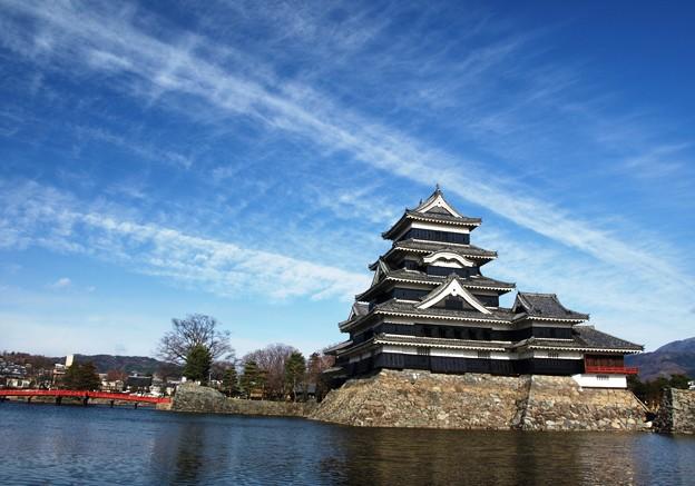 筋雲と堂々の松本城。