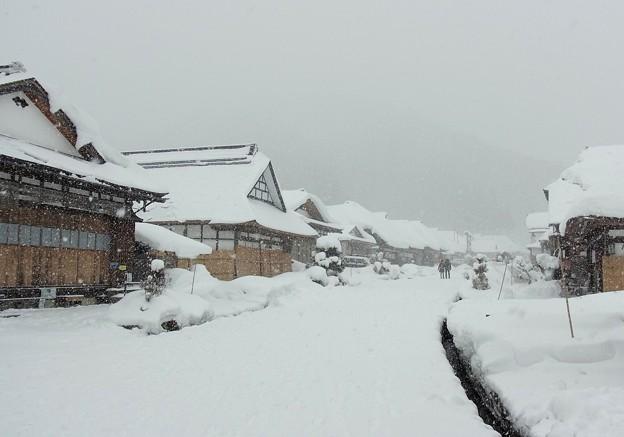 しんしんと雪の大内宿。