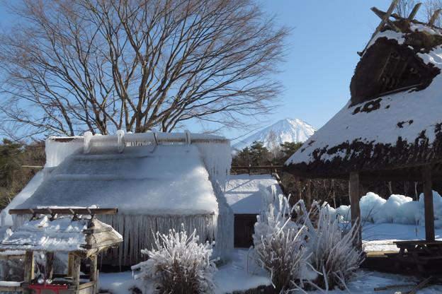凍りつく小屋。