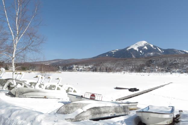 まだまだ雪載る白樺湖。
