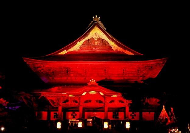 お堂を照らす赤い光。