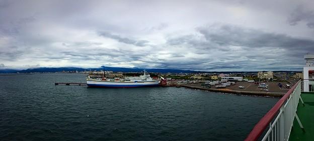 写真: 青森港は曇り