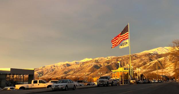 裏山とジャンボ星条旗