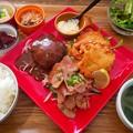須賀川市の下町潤虎食堂 ツムラ屋さんにておかず3品選べるウルトラ定食 カラアゲ・ポークジンジャー・ハンバーグをチョイス ウマウマ