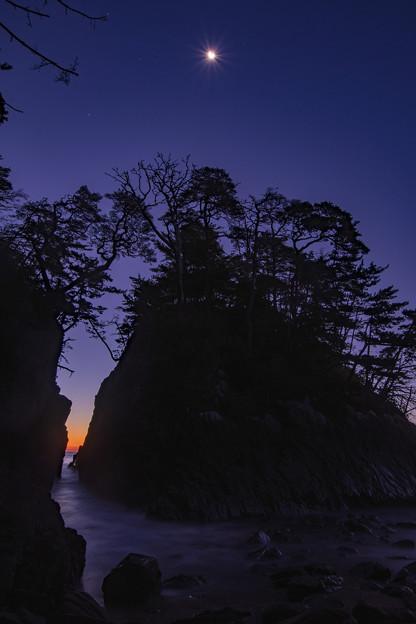 写真: 夜明け前の神割崎