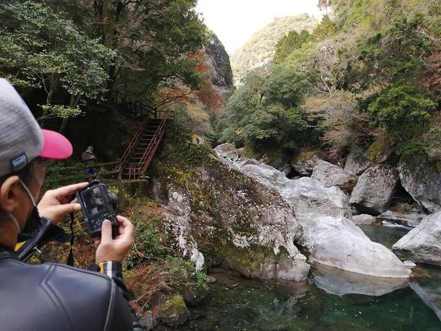 中津渓谷とM氏の後ろ姿