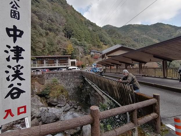 高知 中津渓谷で橋の上で写真撮る二人