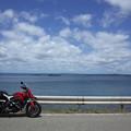 海と空と赤いやつ