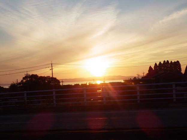 富山湾に夕日がまぶしい