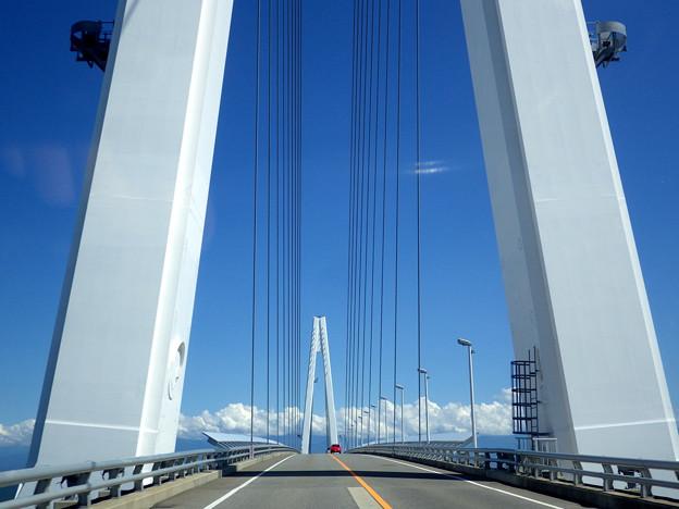 赤い車と新湊大橋