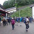 きっぷ売り場、7時前に長蛇の行列