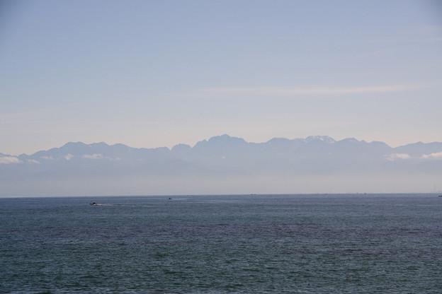 写真: 海越しの立山連峰