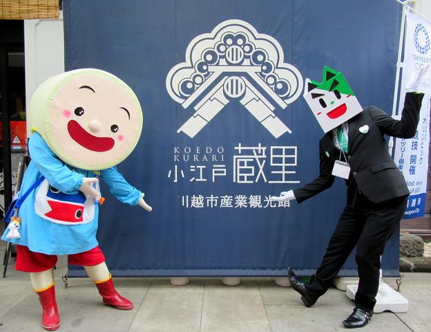 「おみやげ処 明治蔵」の前でポーズをとる・・ごかぼちゃん と 笹郎