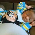 写真: 膝の上で眠る孫(弟)