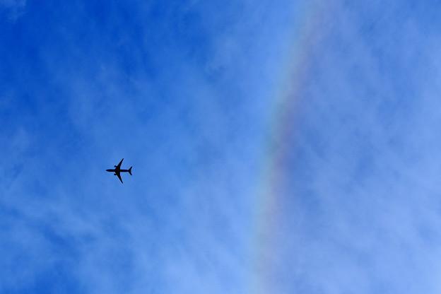 虹の輪っかから出てきた飛行機