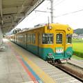 写真: 新黒部駅を発車するエリア特急くろべ