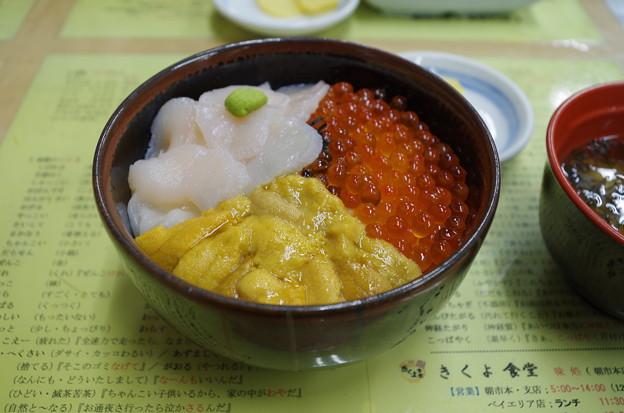 きくよ食堂朝市本店の元祖函館巴丼 (うに・いくら・ほたて)