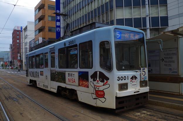 函館駅前電停に停車する函館市電3000形 (マリンブルー号)