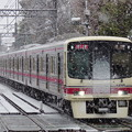 雪の中快走する8000系特急新宿行き