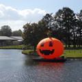 池に浮かぶハロウィン