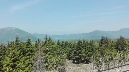 山々を映す鏡張りの本栖湖