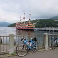 写真: 元箱根港と海賊船
