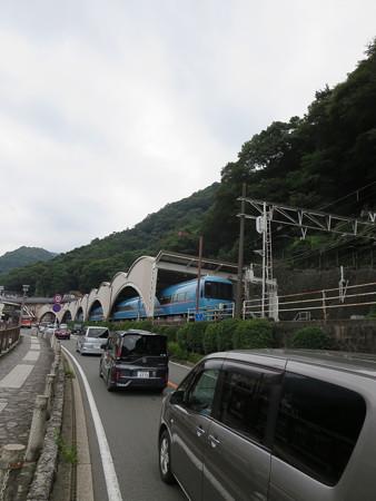 箱根湯本駅とブルーのロマンスカー