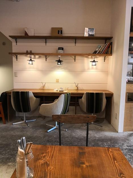 写真: 木目の家具 CHIEZO CAFE