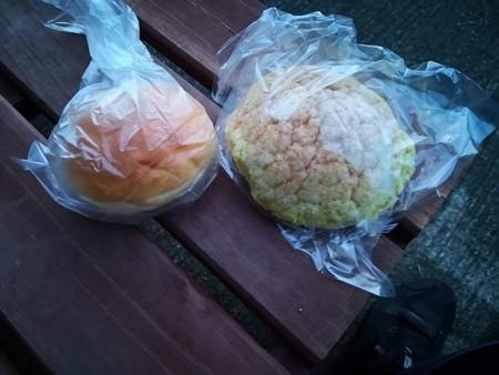クリームメロンパンとコッペパン