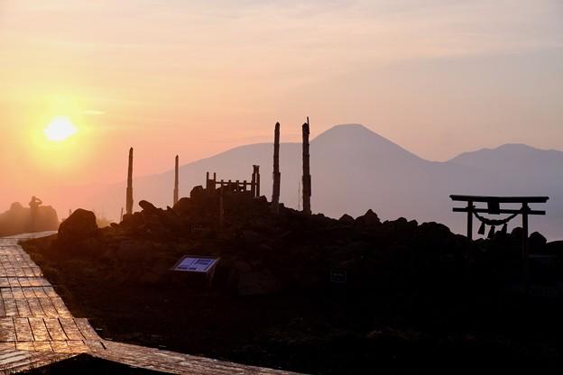 朝焼けの光の中で-長野県諏訪市:霧ヶ峰