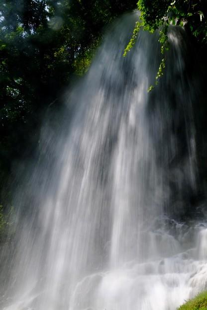 豪快な水しぶき-長野県茅野市:横谷渓谷
