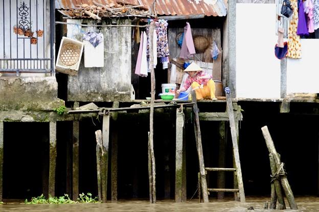 川岸で暮らす水上生活者-Cai Be, Viet Nam