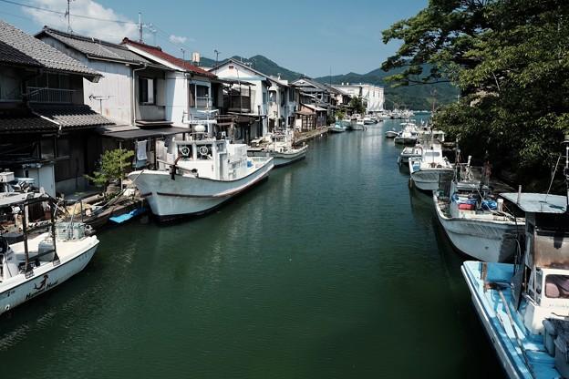 水路と漁船-京都府舞鶴市:吉原