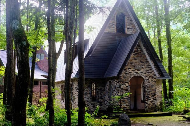 木漏れ日の中-長野県白馬村:和田野の森教会
