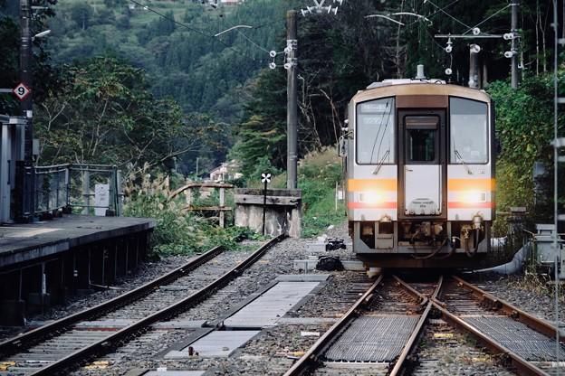 一両編成の気動車-長野県小谷村:南小谷駅