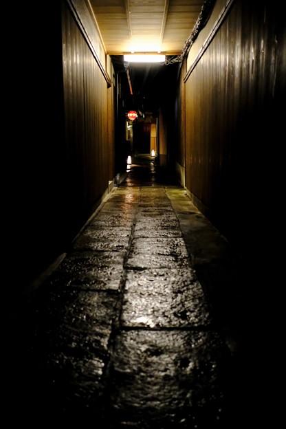 濡れた路地-京都市東山区:祇園