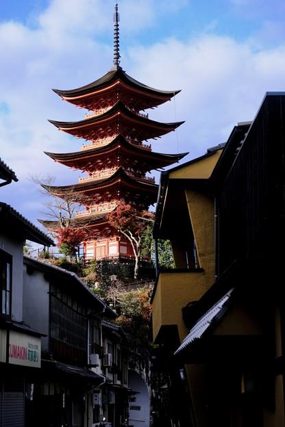青空に聳ゆ五重塔-広島県廿日市市:宮島