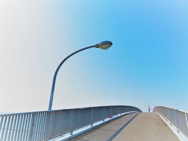 写真: 絵のような風景 空に続く道