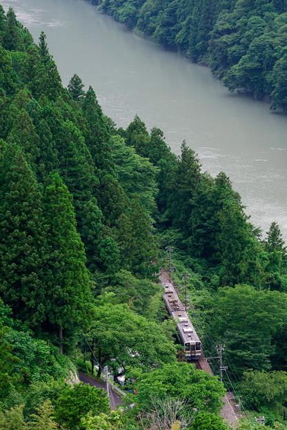 渓谷を走る
