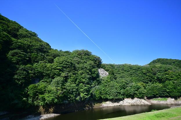 真夏の青空の飛行機雲