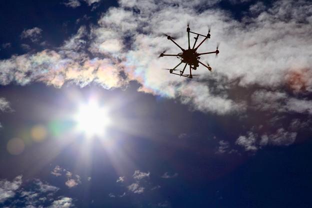 写真: 彩雲の下を飛ぶドローン