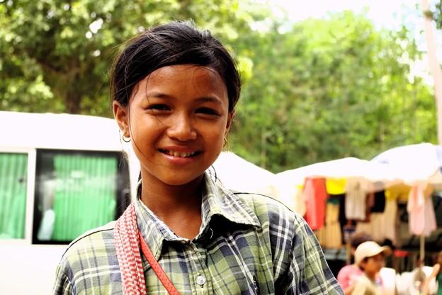 75カンボジア-1Working Little Girl