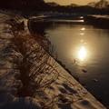 写真: 川面に映る夕陽
