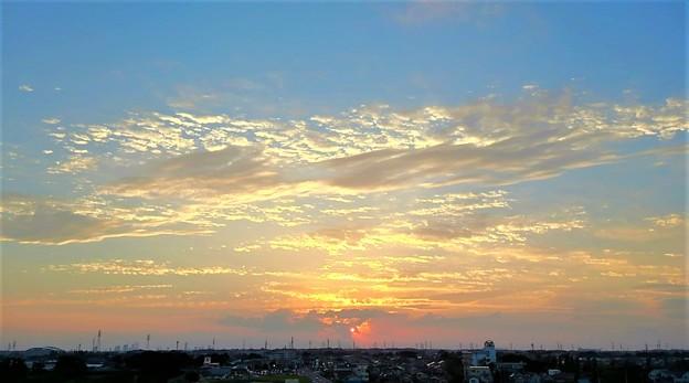 写真: 金色の夕雲