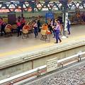 Photos: 駅のホームのパフォーマンス