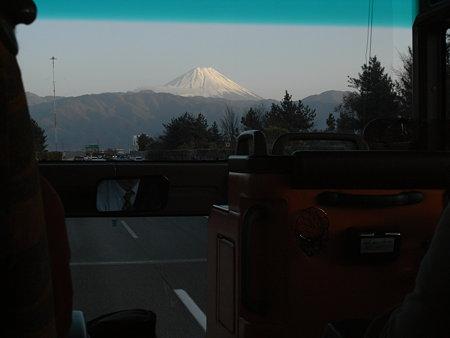 終わったころに晴れてバスの中から富士山